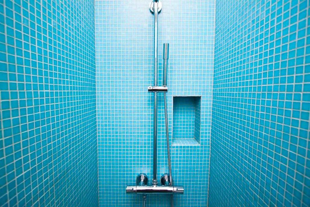 Brusersystem i blå brusekabine