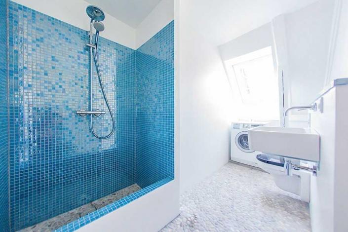 badeværelse med blå brusekabine