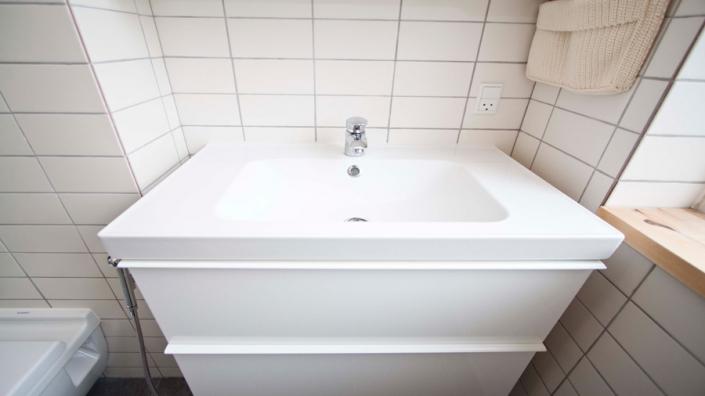 håndvask med vaskeskab