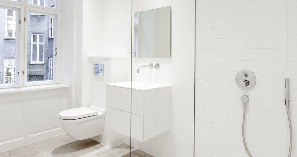 brusekabine og toilet