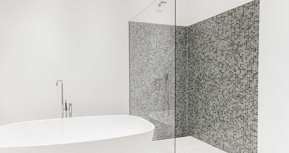 badeværelse med badekar og stor bruseniche