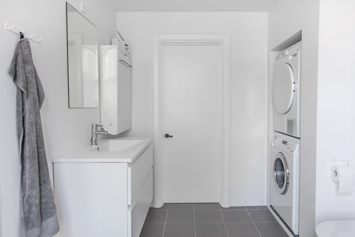 nyt badeværelse med vaskemaskine